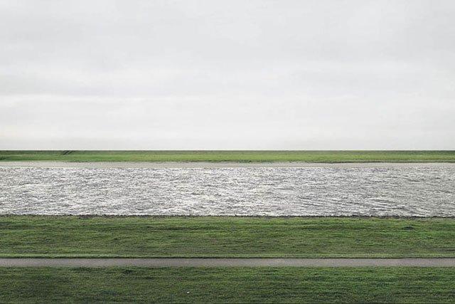 Andreas Gursky, Rhein II 1999